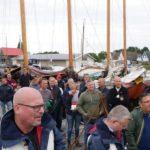 Deelnemers wachten in spanning af welk team aan welke boot wordt gekoppeld
