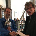Peter Bocken van Slimstock Retail (links) ontvangt wisselbokaal van wedstrijdleider Bram Maasdam